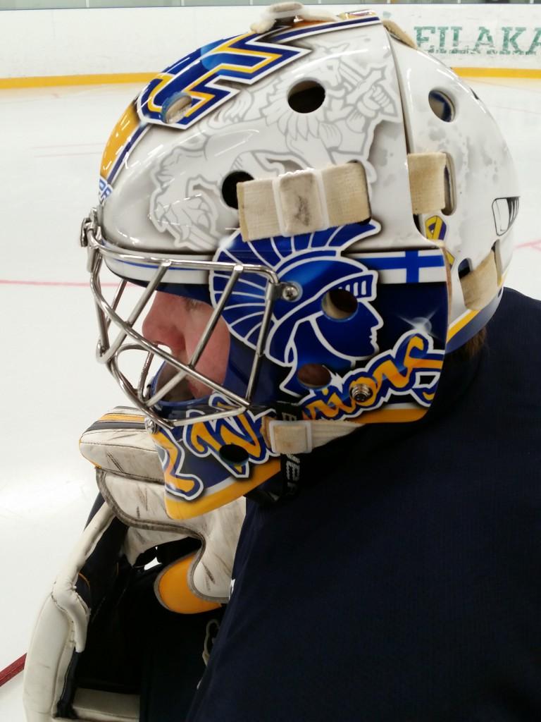 Tirrosen Merrimack maskissa näkyy myös Suomi / Leijona teema taustalla